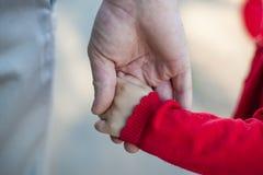 Hände des Vatis und der Tochter Stockfotos
