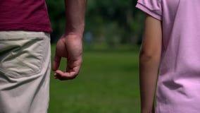 Hände des Vatis und des Sohns auseinander, Scheidungsauswirkung auf Kinder, Mangel an der Erziehung der Männer stockfoto