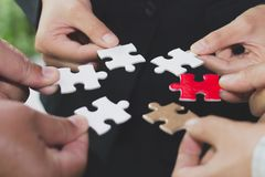 Hände des Verbindungspuzzlespiels der verschiedenen Leute zusammen, Team engagi stockfotos