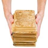 Hände, die alte Bücher anhalten Lizenzfreie Stockfotografie