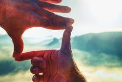 Hände, die Ansichtentfernten Übersonnenuntergang, Weinlesefilter gestalten lizenzfreies stockfoto