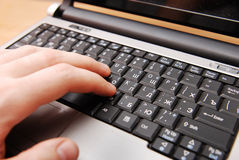 Hände, die auf Computertastatur schreiben Lizenzfreie Stockfotografie