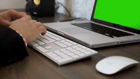 Hände, die auf der Tastatur schreiben stock footage