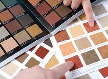 Hände, die auf ein Beispielfarbdiagramm zeigen Lizenzfreies Stockfoto