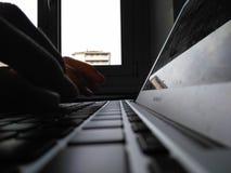 Hände, die auf einen Computer schreiben Stockfoto