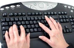 Hände, die auf einer Tastatur schreiben Lizenzfreie Stockfotografie