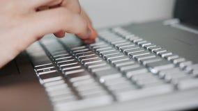 Hände, die auf einer Tastatur schreiben stock footage