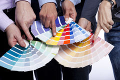 Hände, die auf Farbenproben zeigen Stockfoto