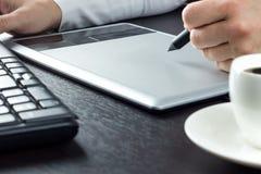 Hände, die auf grafische Tablette zeichnen Lizenzfreies Stockfoto