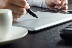Hände, die auf grafische Tablette zeichnen Stockbilder