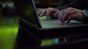 Hände, die auf Laptop-Tastatur, Abschluss herauf Hd schreiben stock video