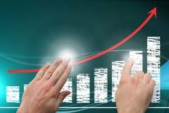 Hände, die auf steigendes Diagramm zeigen Lizenzfreie Stockbilder