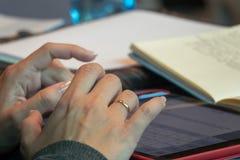 Hände, die auf die Tablette schreiben Stockfotografie