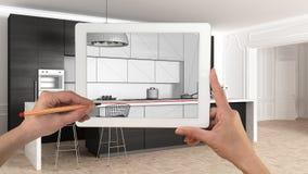 Hände, die auf die Tablette zeigt moderne Küche in der Innenskizze der klassischen Wohnung halten und zeichnen Wirklicher fertige lizenzfreies stockfoto