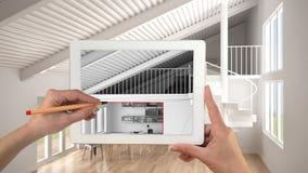 Hände, die auf die Tablette zeigt moderne Küche mit Mezzanininnenraumskizze halten und zeichnen Offener Badekurort des wirklichen lizenzfreie stockfotos