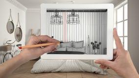 Hände, die auf die Tablette zeigt modernes Schlafzimmer sketc halten und zeichnen stockfotografie