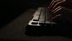 Hände, die auf Tastatur schreiben stock footage