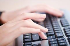 Hände, die auf Tastatur schreiben Stockfotos