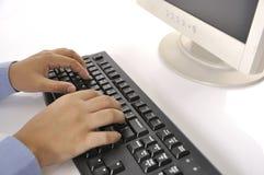 Hände, die auf Tastatur schreiben lizenzfreie stockbilder