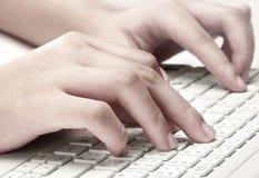 Hände, die auf Tastatur schreiben Stockbild