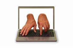 Hände, die aus Laptopanzeige und -schreiben heraus erreichen Stockfotografie
