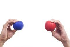 Hände, die Bälle eines Druckes zusammendrücken Stockfoto