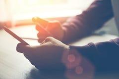 Hände, die Bankkarte und Smartphone halten Sehr flacher DOF! Konzentrieren Sie sich auf der Hand und auf die Karte Stockbilder
