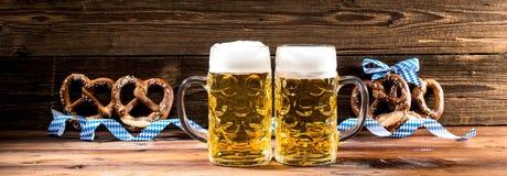 Hände, die Becher bayerisches Bier Oktoberfest halten lizenzfreie stockfotos