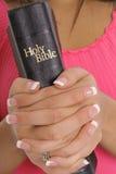 Hände, die Bibel anhalten Lizenzfreies Stockbild