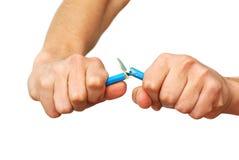 Hände, die Bleistift brechen stockbilder