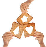 Hände, die Brot mit Weihnachtssymbolen anhalten stockfoto