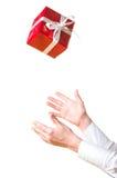 Hände, die das Geschenk abfangen Lizenzfreie Stockfotos