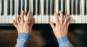 Hände, die das Klavier spielen Stockfoto