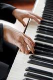 Hände, die das Klavier spielen Stockfotos