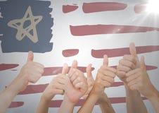 Hände, die Daumen oben gegen Hand gezeichnete amerikanische Flagge und weiße Wand mit Aufflackern geben Lizenzfreie Stockfotografie