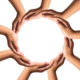Hände, die den Kreis lokalisiert auf weißem Hintergrund bilden. Lizenzfreie Stockbilder