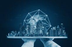 Hände, die digitale Tablette mit Gebäuden und Verbindungstechnologie des globalen Netzwerks halten Element dieses Bildes werden v lizenzfreies stockfoto