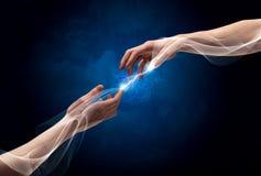Hände, die durch Finger im Raum anschließen Lizenzfreie Stockfotos