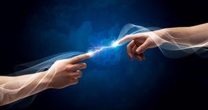 Hände, die durch Finger im Raum anschließen Lizenzfreies Stockbild