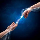 Hände, die durch Finger im Raum anschließen Stockfotos