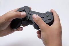 Hände, die ein gamepad halten Lizenzfreie Stockfotos
