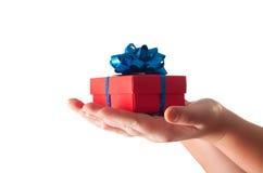 Hände, die ein Geschenk geben Stockbilder