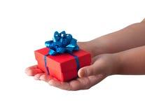 Hände, die ein Geschenk geben Lizenzfreies Stockbild