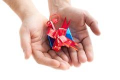Hände, die ein Geschenk geben Stockfotografie