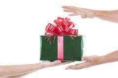 Hände, die ein Geschenk geben und empfangen Lizenzfreies Stockbild