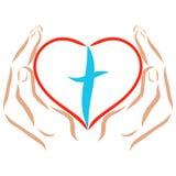 Hände, die ein Herz mit einem Kreuz nach innen halten lizenzfreie abbildung