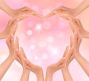 Hände, die ein Inneres machen. Valentinsgrußtageshintergrund. Lizenzfreie Stockfotografie