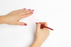 Hände, die ein Inneres mit einem Bleistift malen Stockfotos