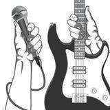 Hände, die ein Mikrofon und eine Gitarre halten Schwarzweiss-Weinleseillustration Lizenzfreie Stockfotografie
