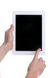 Hände, die ein Tabletten-Noten-Computer-Gerät halten und verwenden lizenzfreies stockfoto